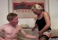 Mutti zeigt Stief-Sohn mit Riesen Schwanz wie gefickt wird