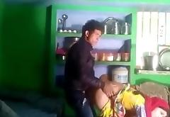 Kitchen mein bhabhi ko chod diya......phat gayi chut