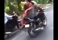 Sardarni ne bike par sardar ki muthi mari